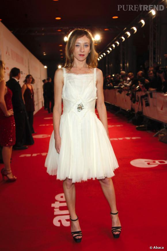 Le style des sandales tranche radicalement avec celui de la robe. Une bonne idée.