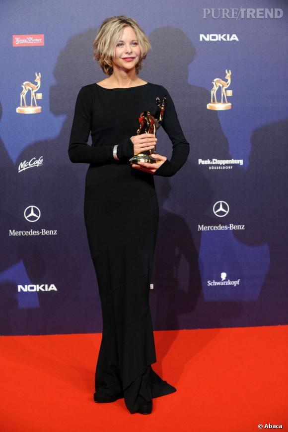 Le top robe longue :  fourreau noir à manches longues. La simplicité paye toujours.