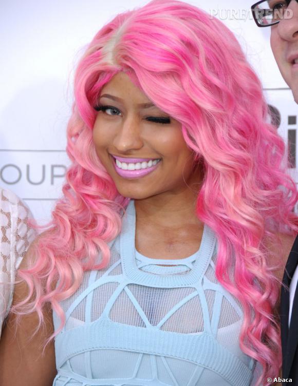 Crayon à lèvres + bouche fluo rose, Nicki Minaj joue les Barbie trash.