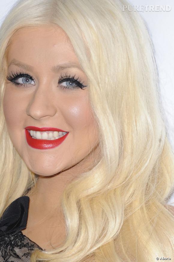 Christina Aguilera est méconnaissable. Etouffée par du fond de teint, elle tente de cacher la misère avec des faux-cils et un rouge bien trop rouge.