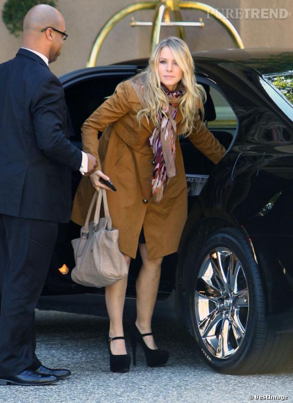 Kristen Bell, très pretty woman avec ce long manteau camel et foulard.
