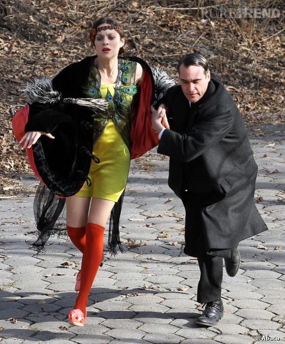 Marion Cotillard porte des mi-bas en laine et une robe canaris.