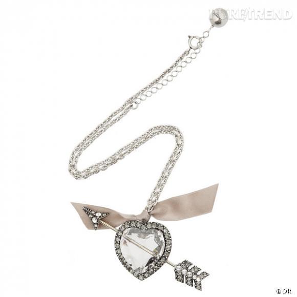 Collier Lanvin  C'est le seul et unique pendentif coeur que nous tolérons dans cette sélection. Délicieusement kitsch, ce coeur en cristal percé d'une flèche, c'est la touche Lanvin qui fera mouche pour la Saint Valentin.  Prix : 435€ En vente sur www.net-a-porter.com
