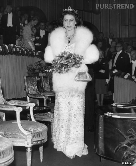 Lors des jours de fête, elle mise sur un duo auquel elle restera fidèle, la longue robe blanche brodée et la cape en fourrure.