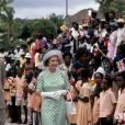 Déjà en 1977 lors de son jubilé d'argent (25 ans de règne) elle affichait ce souci de la coordination. En voyage à Antigua elle fait sensation avec ses accessoires blancs immaculés.