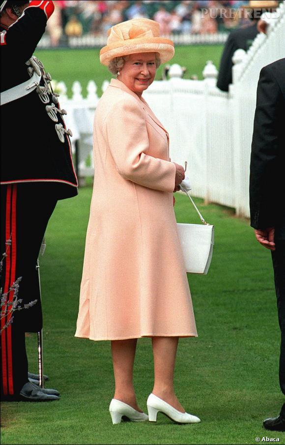 Tailleur pastel et accessoires coordonnés, la Reine est attentive aux détails.