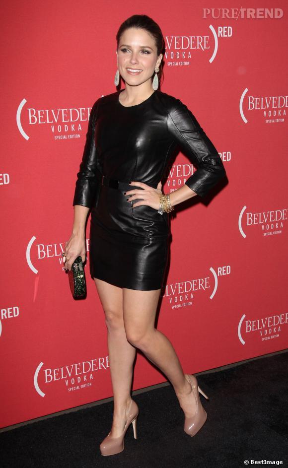 Dans sa robe de cuir Paule Ka, Sophia Bush est ultra-glamour.