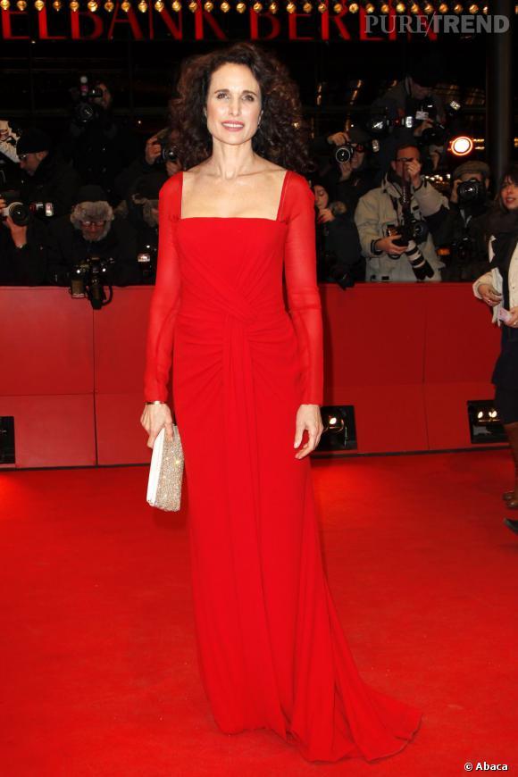 Andie MacDowell s'accorde au tapis rouge avec cette robe au drapé théâtral.