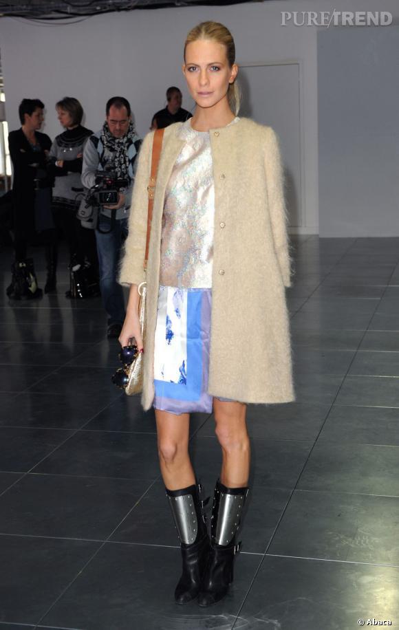 Poppy Delevingne mixe bottes de motard et petite robe girly chez Christopher Kane.