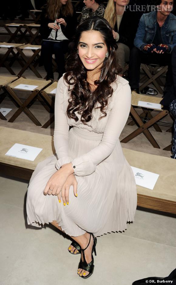 Sonan Kapoor joue les modeuses parfaites au premier rang Burberry Prorsum.