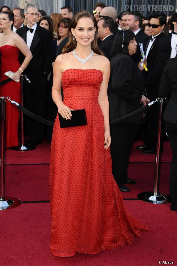 L'actrice peaufine sa tenue à l'aide d'une minaudière Charlotte Olympia.