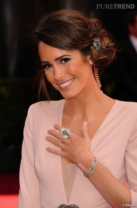 Louise Roe a très justement opté pour un chignon bas romantique qu'elle agrémente d'un joli bijou. On adore.