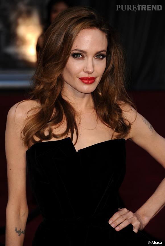 Angelina Jolie la joue sobre avec une coiffure lachée légèrement ondulée un brin sauvage.