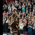 Meryl Streep monte sur scène pour récuperer l'Oscar de meilleure actrice. Ses pairs la félicitent d'une standing ovation.