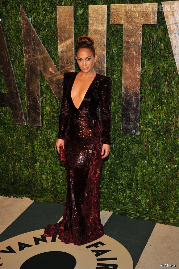 Jennifer Lopez aime faire tourner les têtes. Ce soir-là, elle mise sur une longue robe Zuhair Murad entièrement rebrodée de paillettes et au décolleté impressionnant.