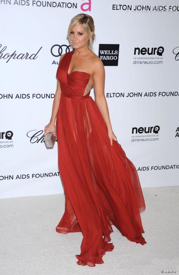 Ashley Tisdale joue le jeu de la transparence dans une robe Maria Lucia Hohan.