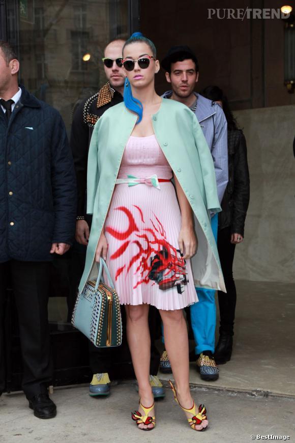 Katy Perry mixe la tendance pastel avec des imprimés rock. Le tout signé Prada.