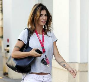 Elisabetta Canalis adopte un look de plage un brin rebelle.
