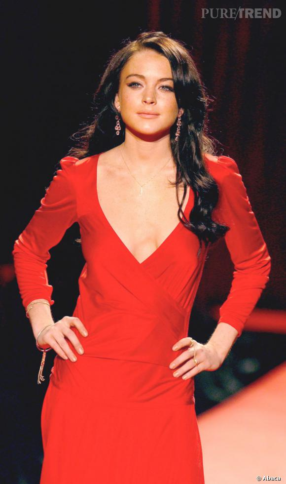 En brune et robe rouge, Lindsay Lohan se la joue femme fatale.