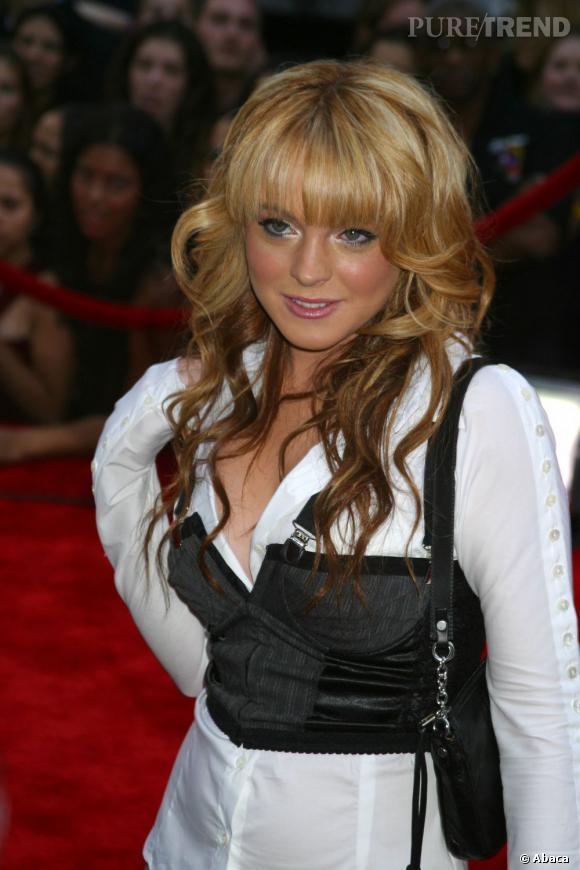 En 2003, Lindsay Lohan s'essaie à la frange. Malheureusement, elle est un peu trop volumineuse pour la forme de son visage.