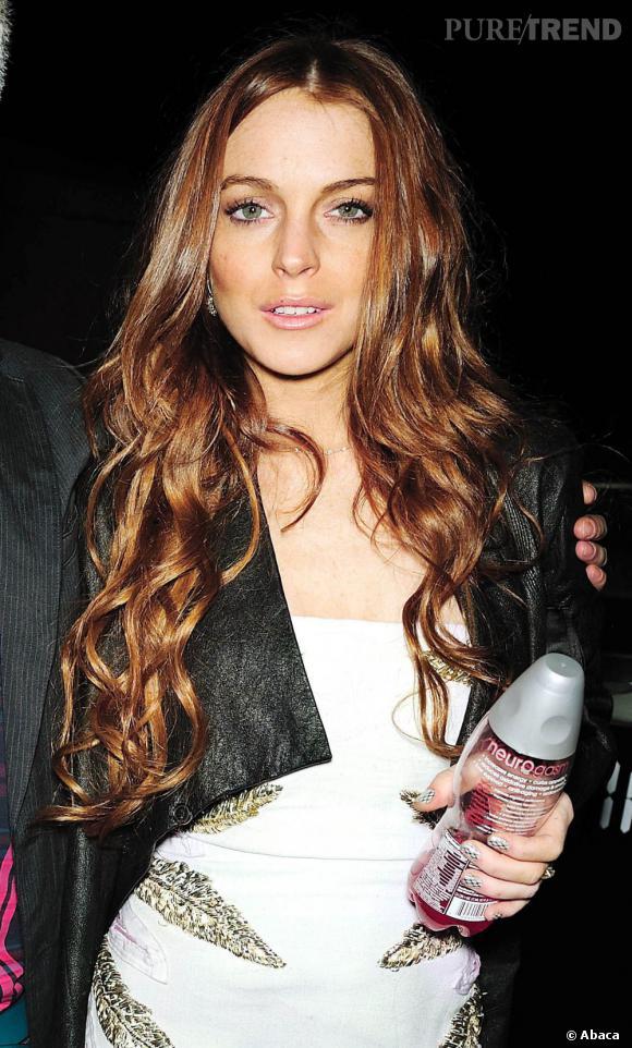 cette couleur de cheveux lui va bien et est très lumineuse. Mais pourquoi les longueurs de Lindsay Lohan font-elles si fausses ?