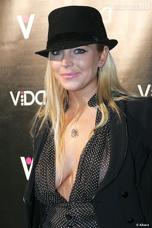 Lindsay Lohan repasse au blond qu'elle agrémente d'un chapeau. L'actrice, bien que simple côté coiffure, aime l'accessoiriser.