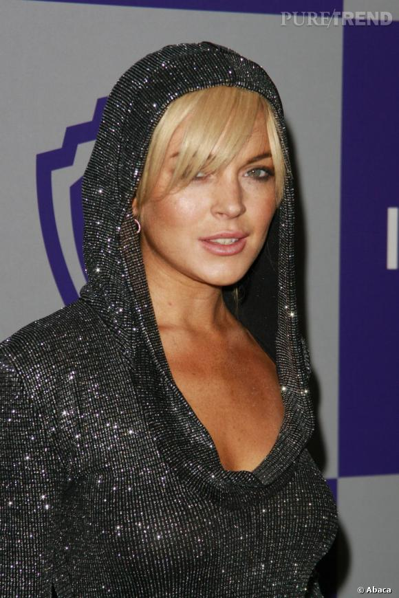 Le contraste entre la couleur des sourcils et des cheveux de Lindsay Lohan n'est pas tout a fait adapté.