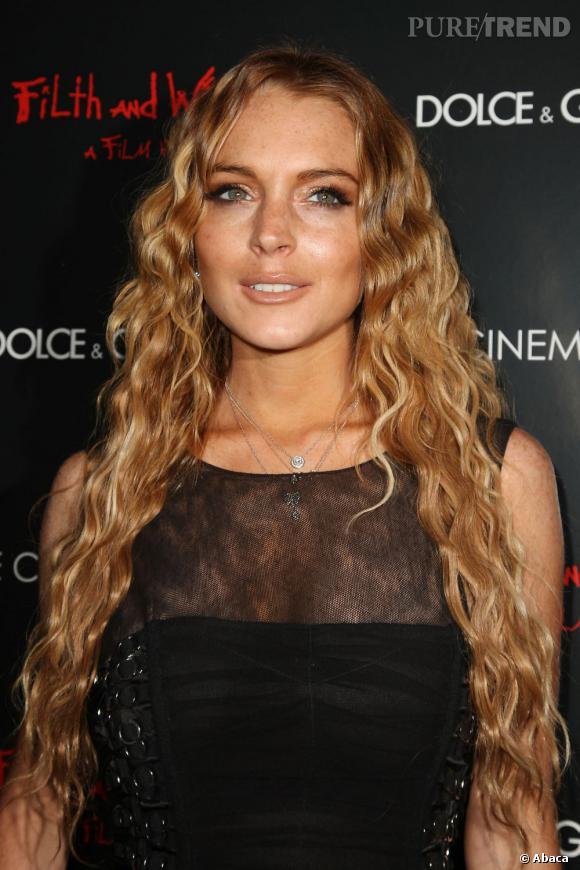 Lindsay Lohan arbore en 2008 des cheveux très (trop ?) longs qu'elle fait onduler. La couleur blond cendré, en revanche, est adaptée à sa carnation.