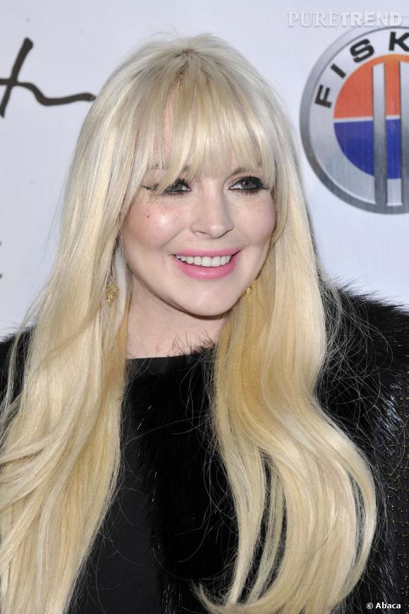 Lindsay Lohan a sûrement touché le fond capillaire en 2012 avec ce blond beaucoup trop clair, cette frange disproportionnée qui cache la moitié de son visage et ses cheveux qui ont l'air en plastique.