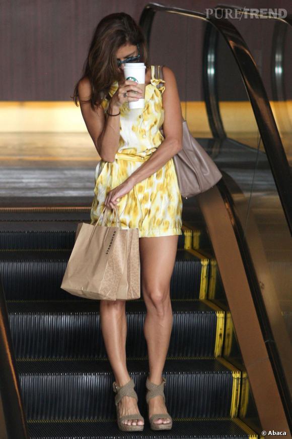 Eva Mendes opte pour une tenue aux couleurs printanières.