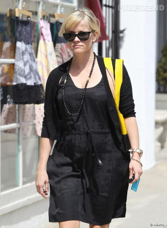 Reese Witherspoon s'offre une pause shopping à Brentwood, Los Angeles.