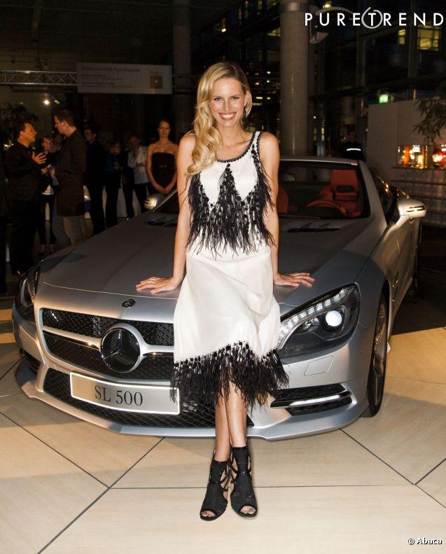 la jeune femme pique la vedette la voiture dans sa robe blanche et noire ann es 20. Black Bedroom Furniture Sets. Home Design Ideas