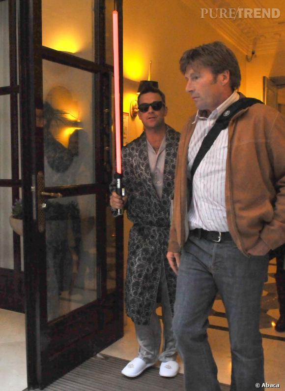 Trublion de la scène pop british mais aussi de la mode, à l'aube de 2009 il n'hésite pas à sortir en peignoir dans la rue.