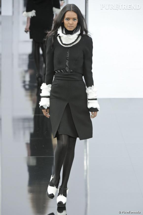 Liya Kebede défile pour Chanel Automne-Hiver 2009/2010.