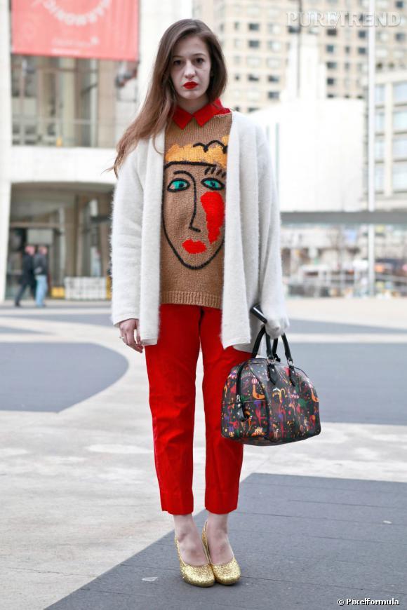 Option n°1 : on adopte une version plus loose de notre slim rouge fétiche de la saison dernière, que l'on porter avec des escarpins girly.