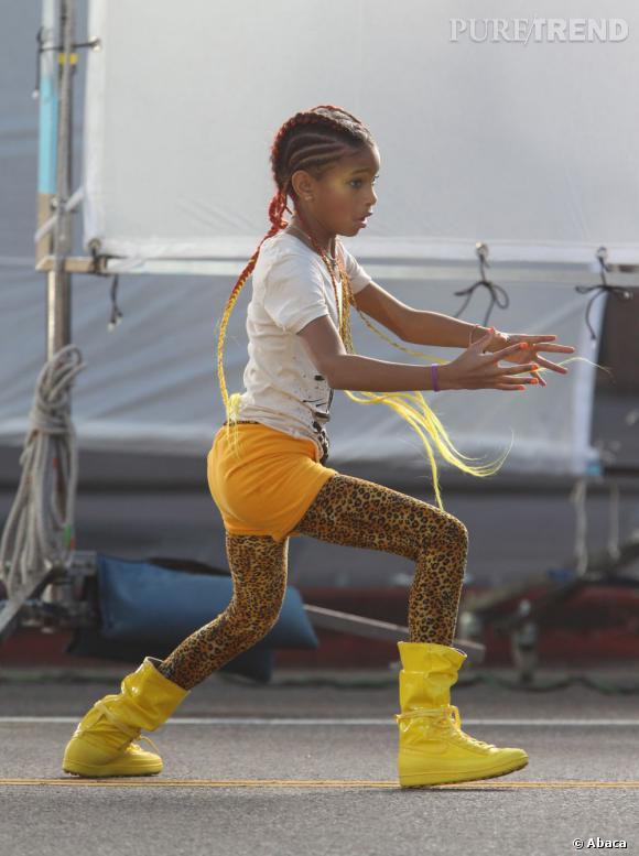 """Willow Smith dans son clip """" Whip my hair """", agite ses cheveux d'avant en arrière. Pour se faire, elle arbore des tresses d'une longueur impressionnante et de diverses couleurs."""