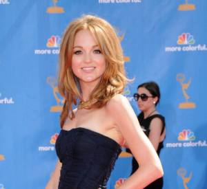 Sur red carpet, Jayma Mays n'est pas du genre petite joueuse. Elle joue les sirènes navy en Burberry Prorsum aux Emmy Awards 2010.