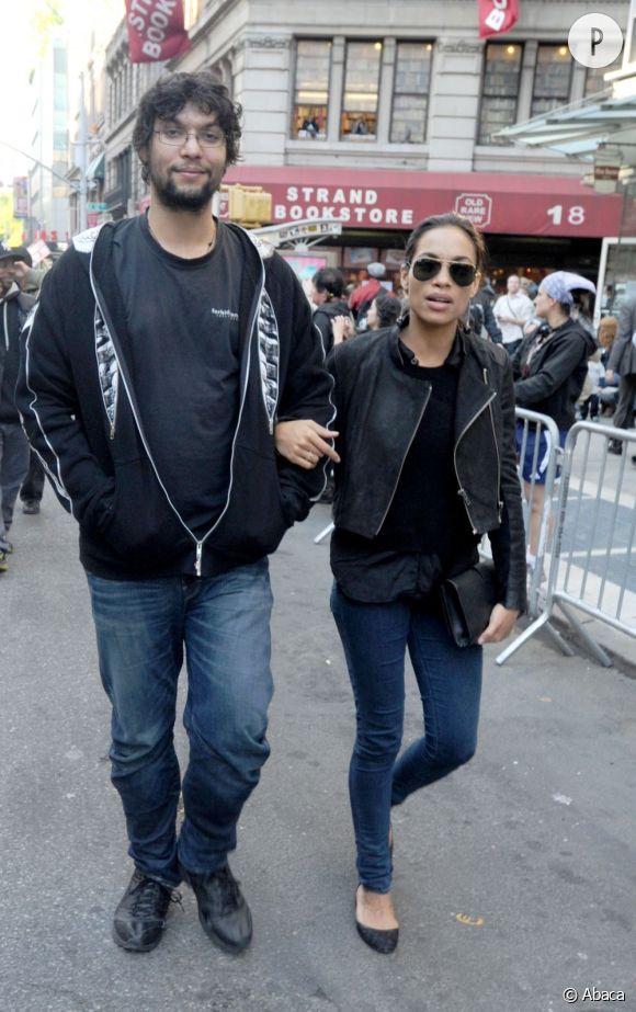 """Rosario Dawson est présente à la manifestation des militants du mouvement """"Occupons Wall street"""" le 1er mai à New York."""