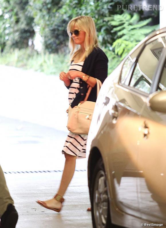 En robe marinière, l'actrice prouve que les rayures peuvent très bien aller aux femmes enceintes.