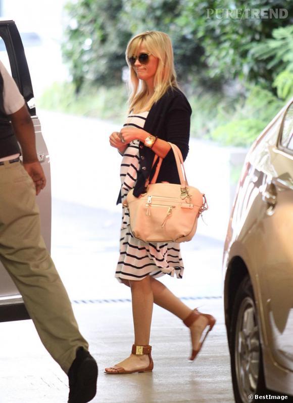 Reese Witherspoon et son style de vacancière chic et décontractée dans les rues de Los Angeles.