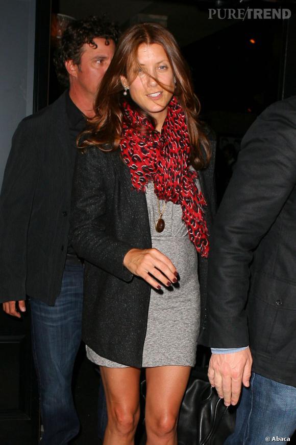Kate Walsh fait sensation dans une tunique grise et courte.
