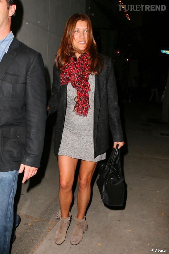 Kate Walsh mise sur un foulard rouge pour apporter une touche de couleur à sa tenue.