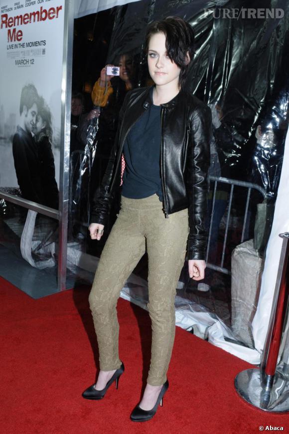 La veste en cuir :  Inspirée par l'univers vampirisant de la saga Twilight, Kristen Stewart aime jouer les bad girls en blouson de cuir et ne le quitte qu'en de rares occasions.