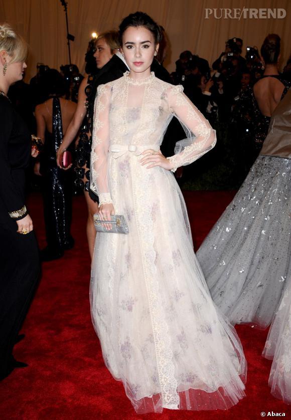 Comme Sarah Jessica Parker, Lily Collins a succombé aux robes longues de la collection Haute Couture Valentino.