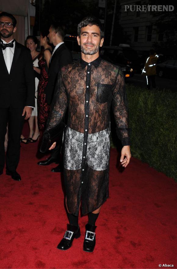 Marc Jacobs reste sur sa position : pas une sortie officielle sans porter une robe chemise. Ici un modèle en dentelle noire signée Comme des Garçons.