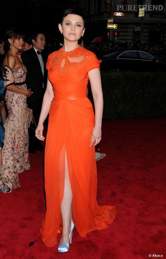 Si la robe Monique Lhuillier qui a tapé dans l'oeil de Ginnifer Goodwin était en noir sur le podium, l'actrice a préféré une version organge flashy, pouur booster son apparition sur le tapis rouge.