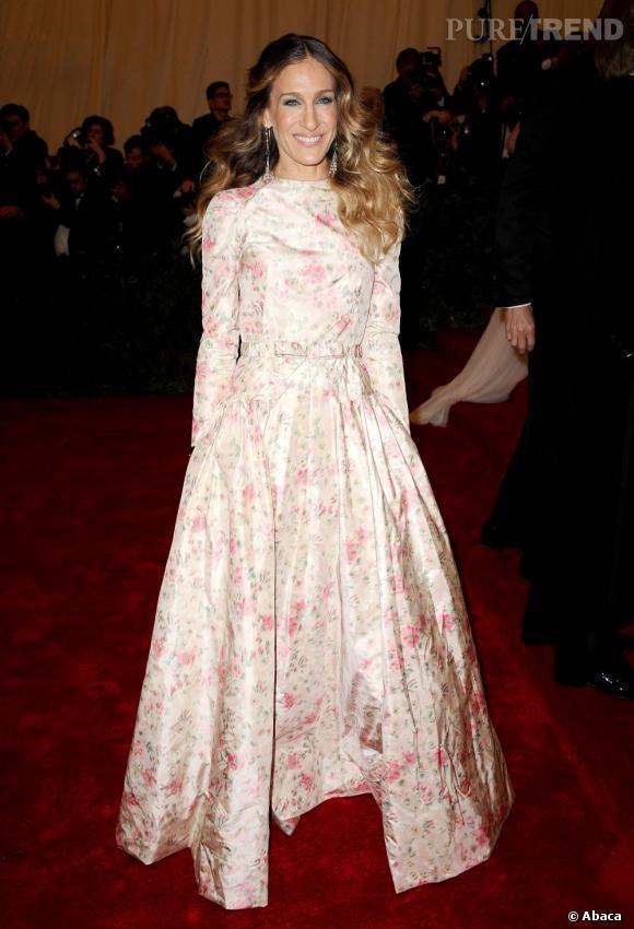 Sarah Jessica Parker a choisi de monter les marches en compagnie de Valentino Garavani, en longue robe à fleur Valentino Haute Couture, of course.