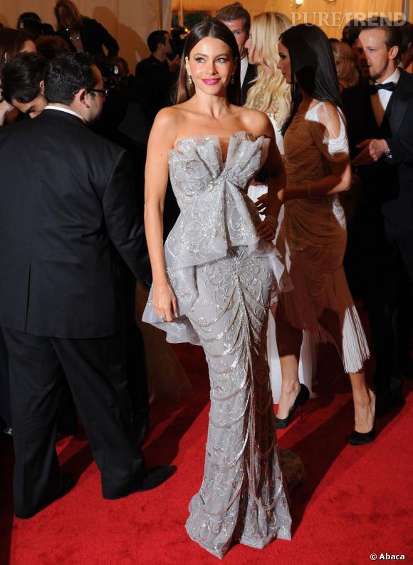 Sofia Vergara, fidèle à son style de bomba latina, en robe fourreau Marchesa.