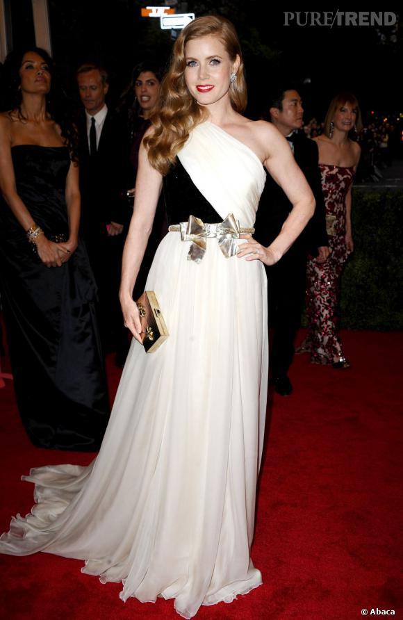 Amy Adams montait les marches aux côtés de Giambattista Valli, habillée bien entendu d'une robe Haute Couture du créateur italien, réhaussée d'une ceinture noeud, sculptée par  Luigi Scialanga.