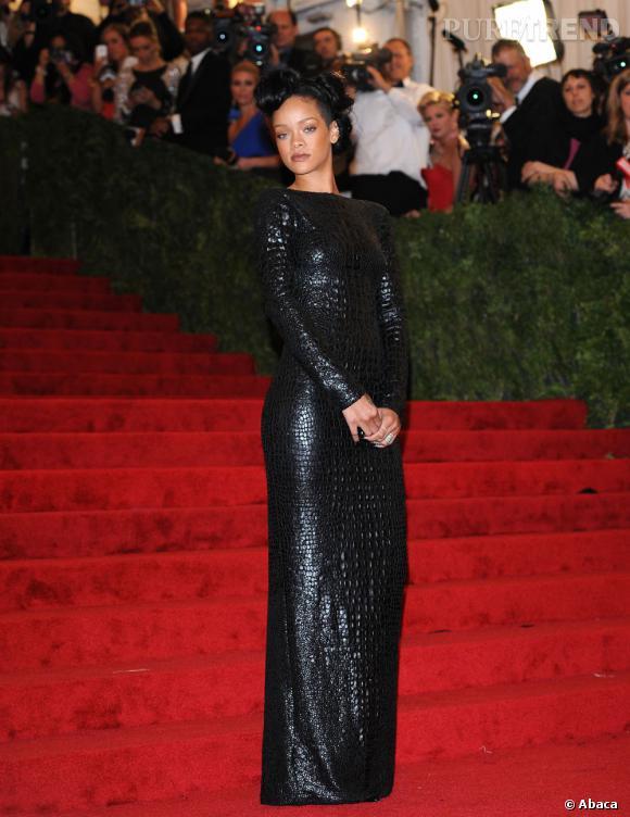 Rihanna revêt des écailles de croco de la tête aux pieds, en robe noire signée Tom Ford.